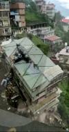 NEWS -  Nach heftigen Regenfällen: Einsturz eines achtstöckigen Wohnhauses nach einem Erdrutsch im indischen Shimla