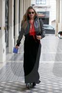 PEOPLE -  Kate Moss unterwegs an der Pariser Modewoche