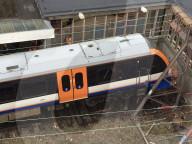 NEWS -  Zugunglück: Britischer Nahverkehrszug beschädigt Enhaltestelle in Enfield