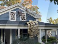 FEATURE - Halloween-Enthusiast Alan Perkins baut sich ein riesiges Skelett an sein Haus in Olmsted Falls