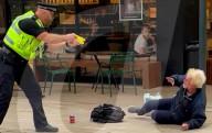 NEWS - Stevenage: Beamte tasern und werfen einen älteren Mann in der Einkaufszone zu Boden