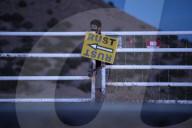 """PEOPLE -  Sicherheitskräfte blockieren Bonanza Creek Ranch bei Santa Fe nach dem tödlichen Unfall am Filmset von """"Rust"""""""