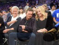 PEOPLE -  Dustin Hoffman und Michael J. Fox beim Eröffnungsspiel der New York Knicks