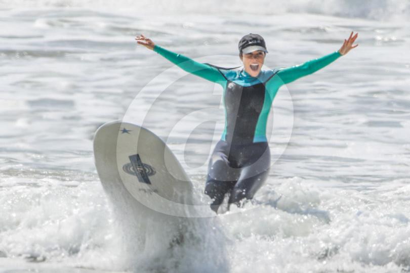 Kourtney Kardashian fällt bei der Surfstunde vom Brett